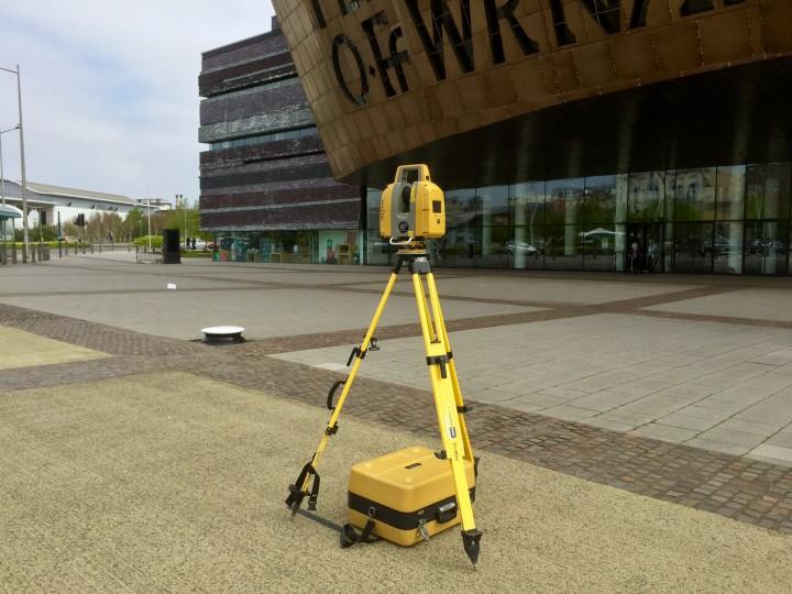Topcon GLS-2000 laser scanning a building